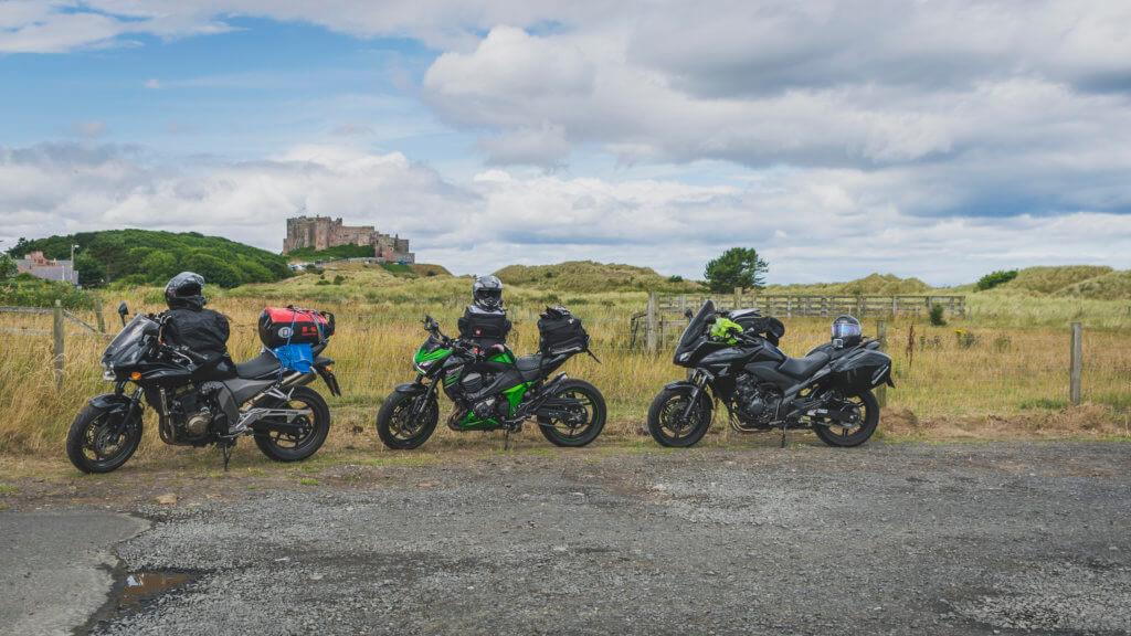 Die Motorräder vor dem Bamburgh Castle.