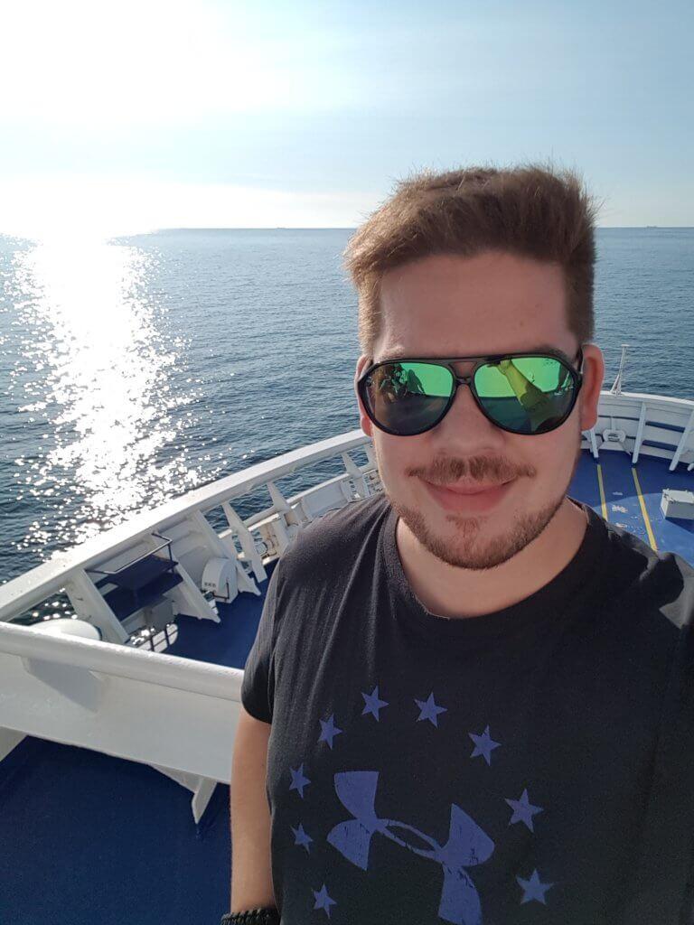 Selfie vom Bug der Fähre mit Blick auf das Meer.